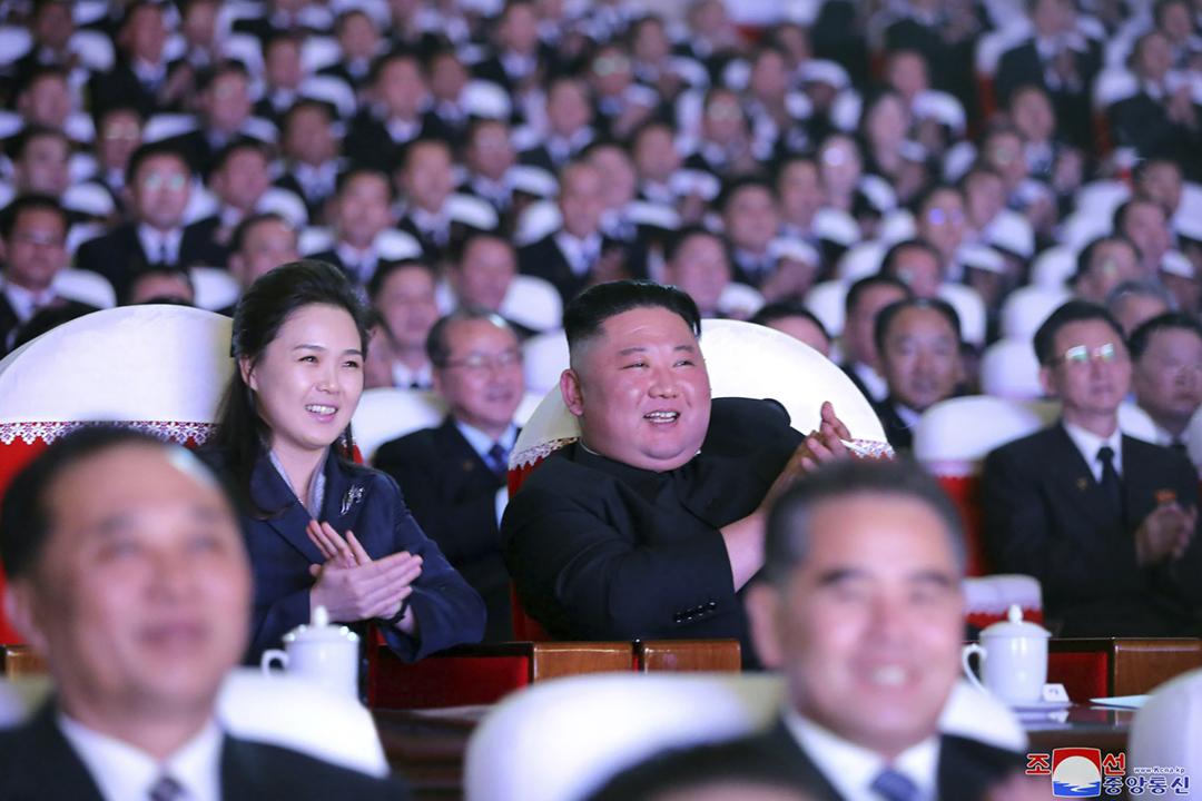 2021年2月16日,北韓領袖金正恩與夫人李雪主在萬壽台藝術劇院觀賞光明星節紀念演出。 圖片來源:KCNA via AP