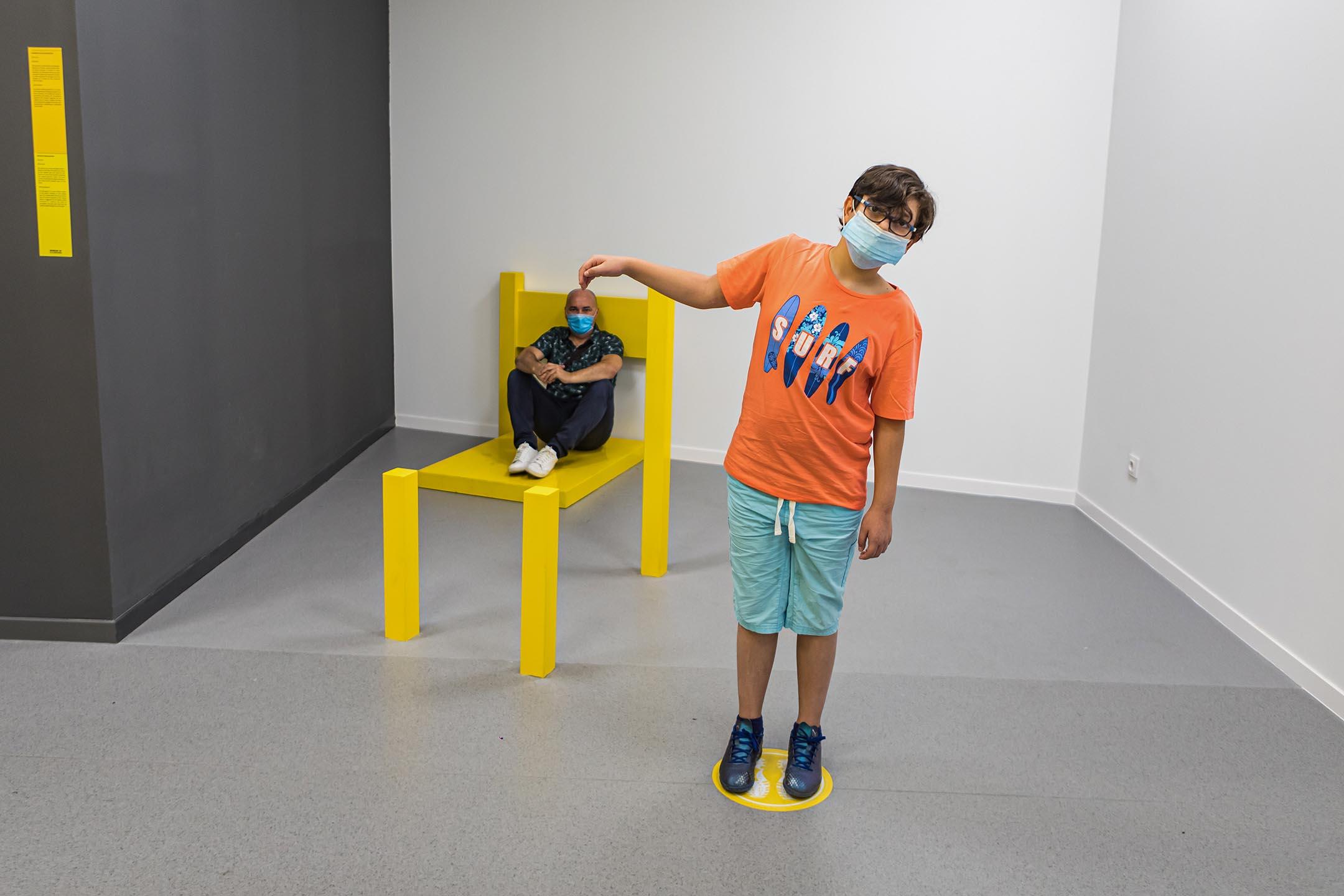 2020年6月25日西班牙馬德里,父親和兒子在幻象博物館內擺拍。