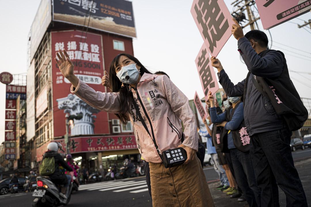 2021年2月2日高雄,黃捷在街頭呼籲投不同意票罷免票。