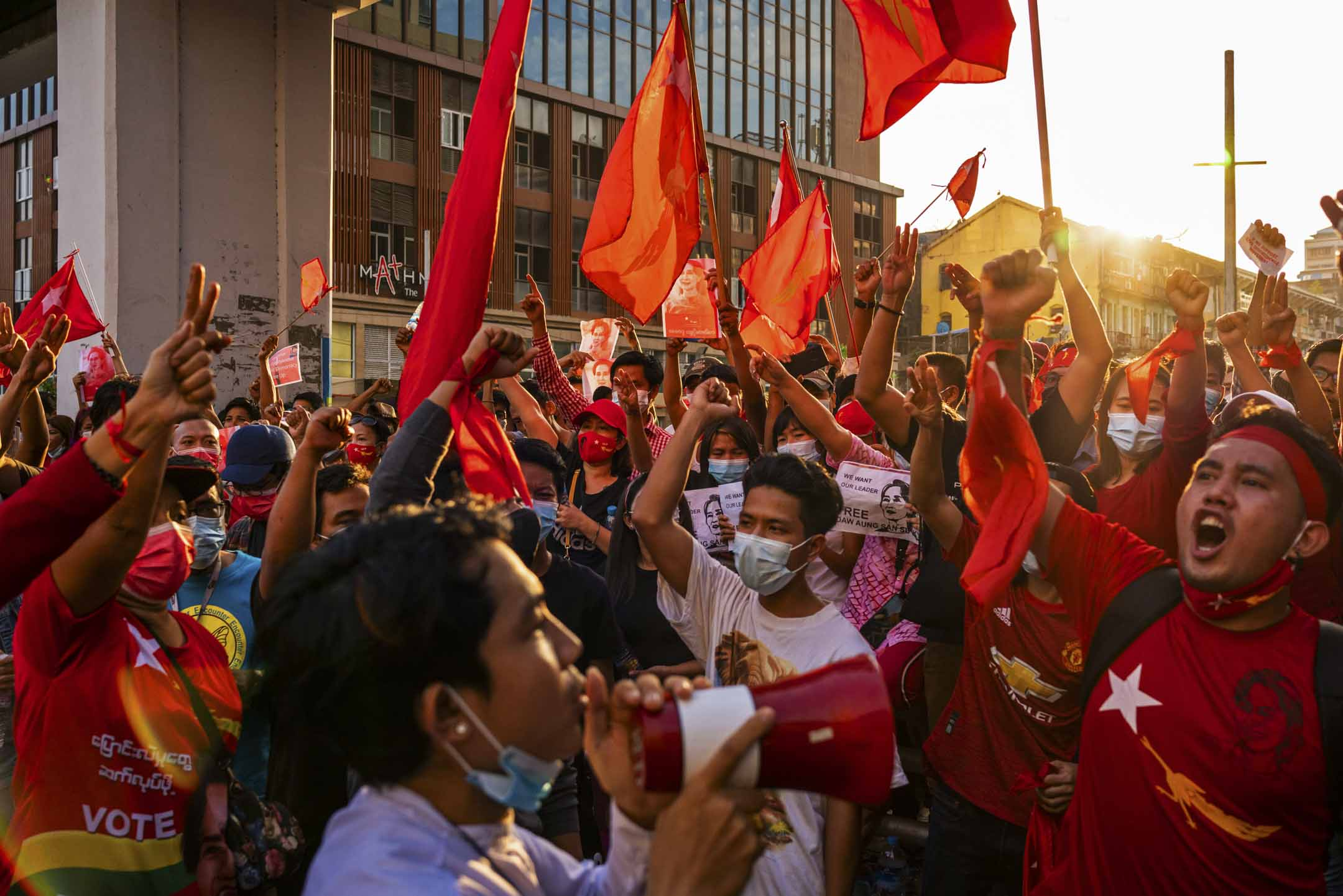 2021年2月7日,緬甸仰光市中心的示威者舉著紅旗大喊口號,反對軍事政變及釋放昂山素姬。 圖: Getty Images