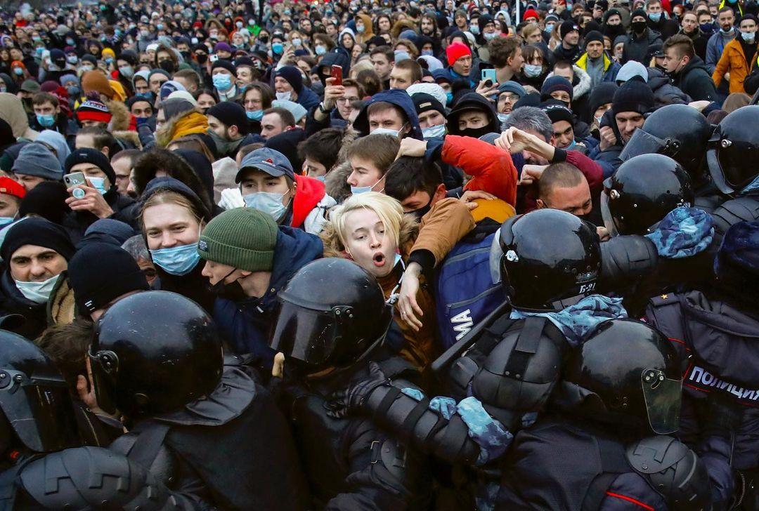 2021年1月23日,俄羅斯城市聖彼得堡,聲援被扣押的反對派領袖納瓦尼的示威者與防暴警察發生衝突。當地民眾冒著零下50度低溫到街頭示威,要求當局釋放納瓦爾尼。