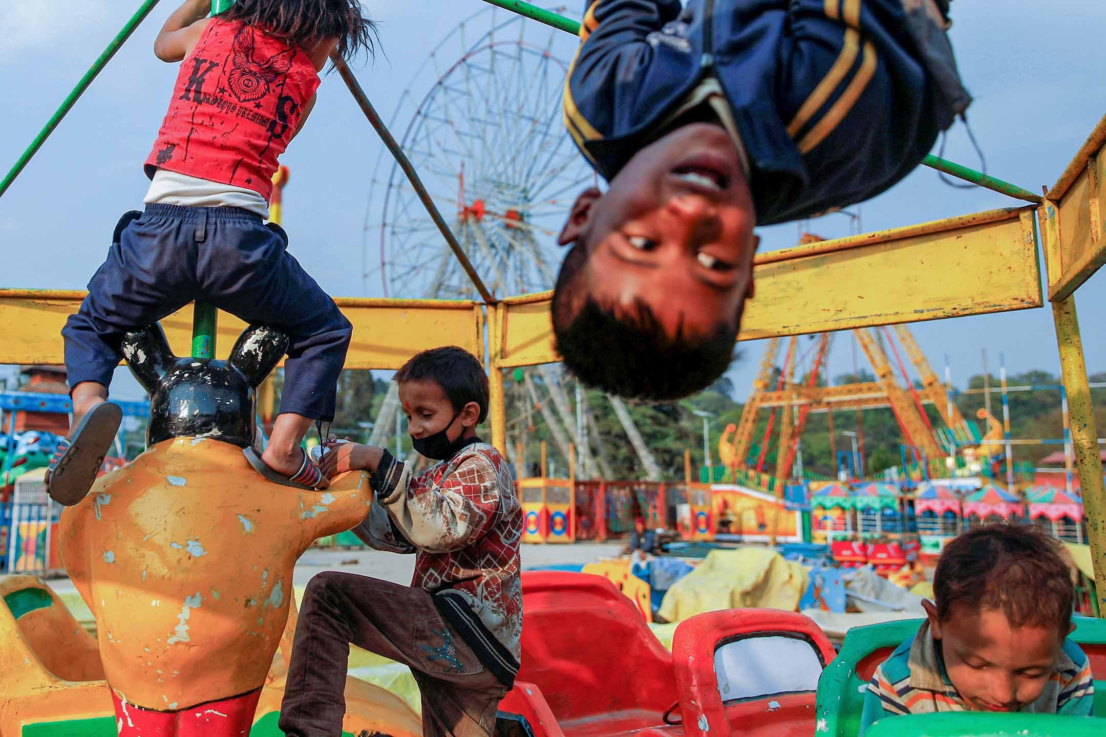 2020年4月5日尼泊爾加德滿都,孩子們在封閉的遊樂園裡玩耍。 攝:Navesh Chitrakar/Reuters/達志影像