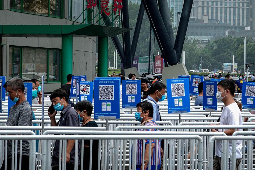 2020年8月5日鄭州,一個鄭州食物商展外,人們佩帶口罩排隊。