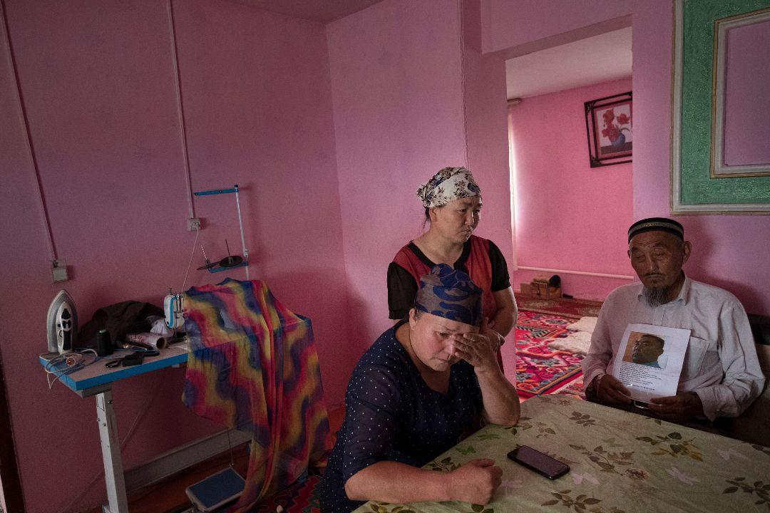 2019年8月23日,新疆哈薩克族婦女古爾孜拉·阿瓦爾汗(Gulzira Auelkhan,左二)在家中,她是後來接受BBC採訪者之一。 攝:Getty Images