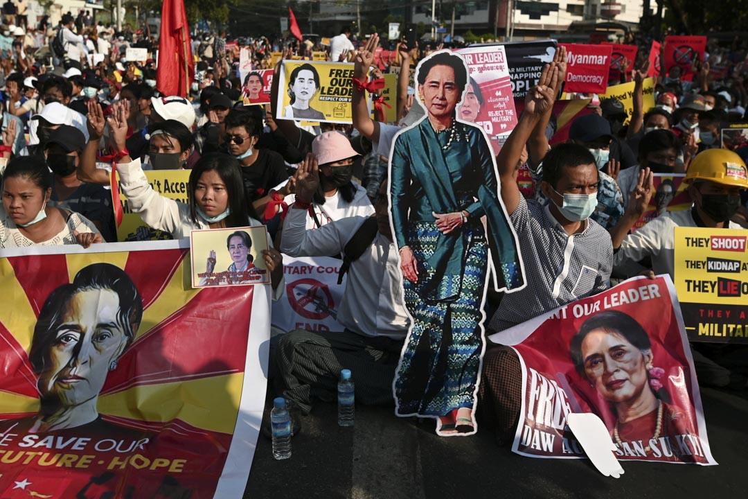 2021年2月15日,緬甸仰光舉,示威者舉著昂山素姬的肖像抗議軍事政變。 攝:Stringer /Reuters/達志影像