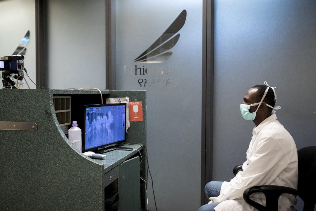 2020年1月31日埃塞俄比亞亞的斯亞貝巴,埃塞俄比亞衛生部的醫護人員在機場體溫探測器前篩選乘客。
