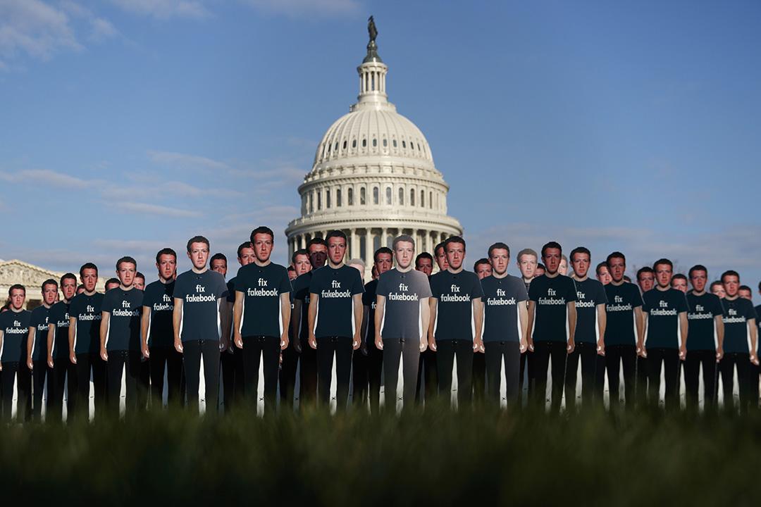 2018年4月10日華盛頓州國會山,團體在國會大廈東南草坪上展示臉書執行長祖克柏(Mark Zuckerberg)穿著「Fix Fakebook」T恤的紙牌。 攝:Carolyn Kaster/AP/達志影像