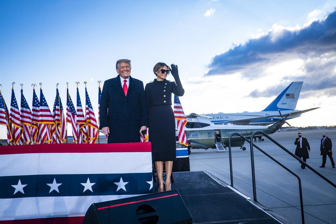 2021年1月20日,美國總統特朗普和第一夫人梅拉尼亞於最後一次登上空軍一號之前面對傳媒。