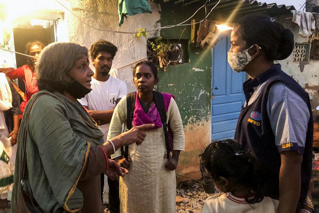 吉塔在貧民窟遇到下班回家的清潔工。