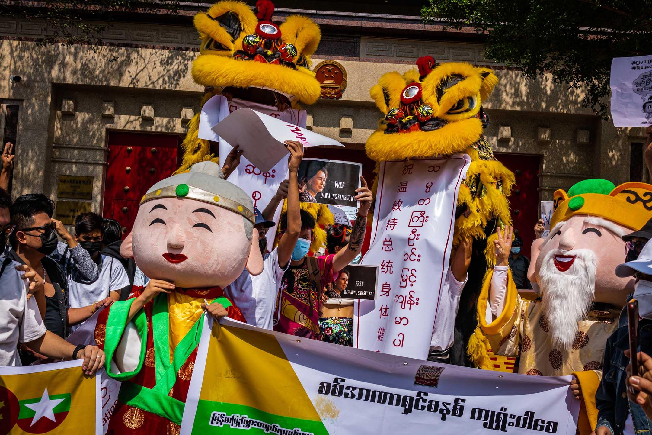 2021年2月12日緬甸仰光,示威者在農曆新年在中國大使館前舞獅。 攝:Hkun Lat/Getty Images