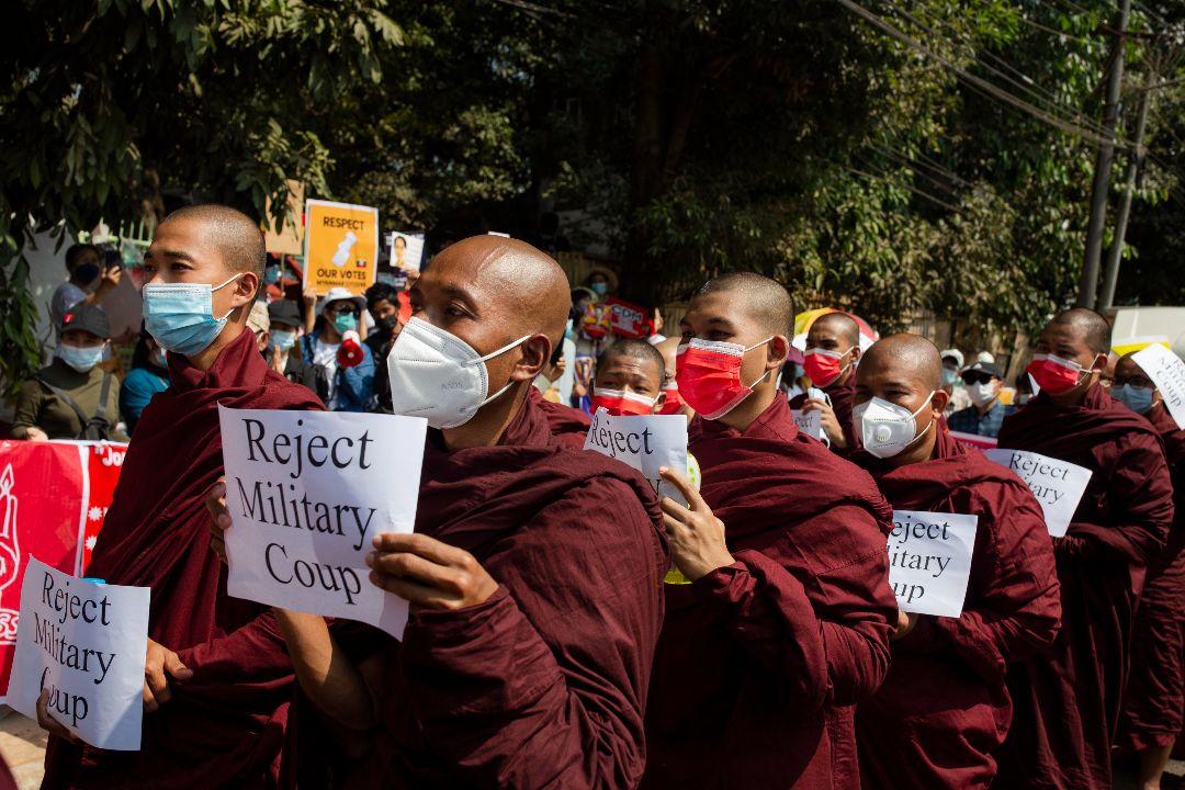 2021年2月16日,緬甸仰光,佛教僧侶參加示威,抗議軍方政變。 攝:Aung Kyaw Htet/Getty Images