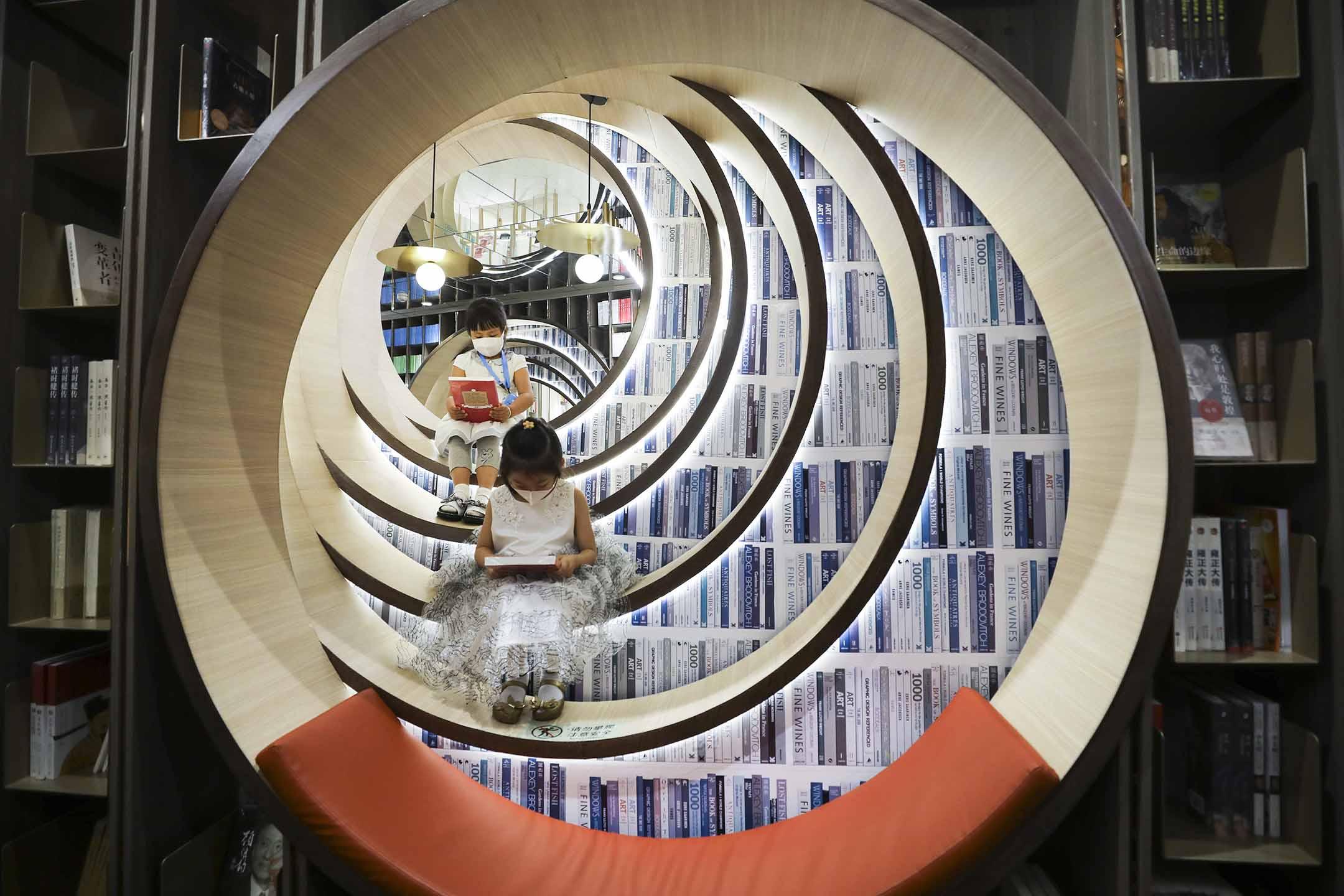 2020年6月1日北京,戴著口罩的孩子在一家書店讀書。