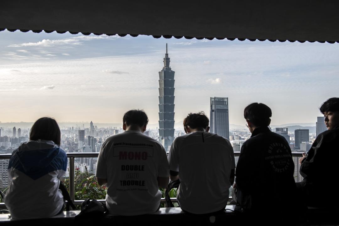 2020年1月7日,台北人們從山上欣賞台北101的景色。