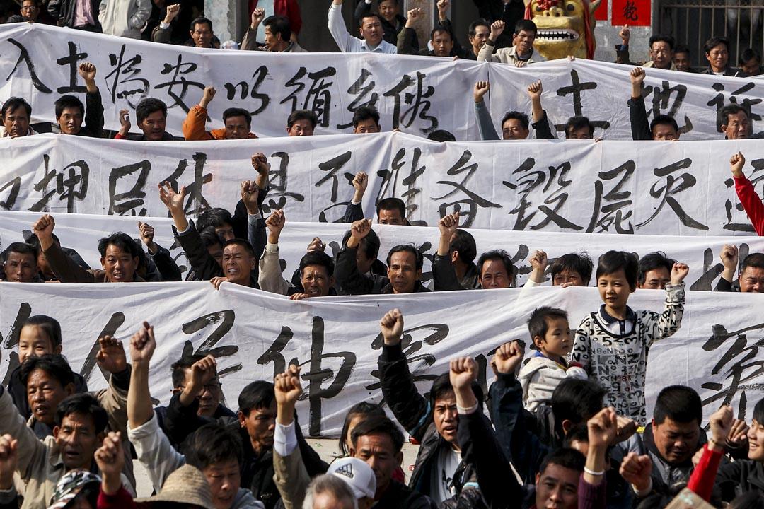 2011年12月17日,烏坎村民參加集會抗議官方腐敗,並悼念村民薛錦波被刑事拘留時突然死亡。