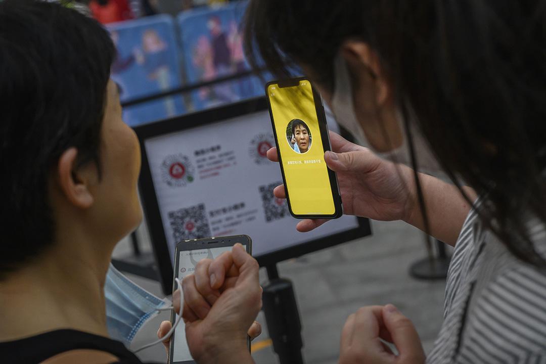 2020年5月3日北京,市民進入購物中心前需要出示健康碼。