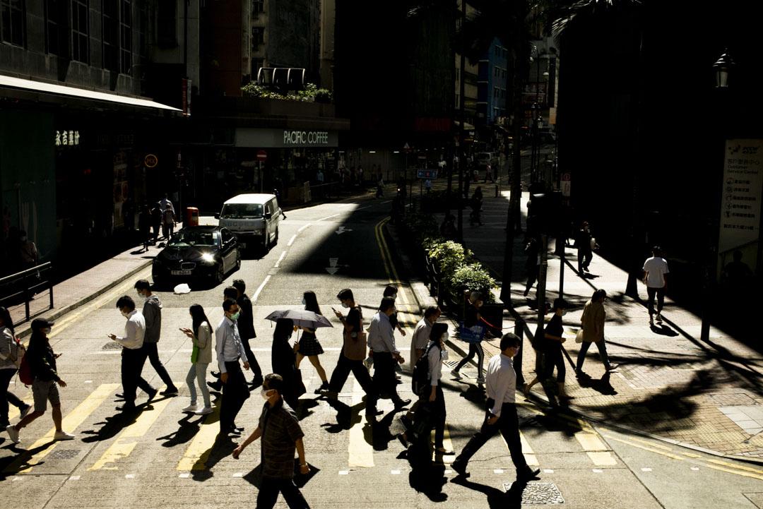 2020年11月16日,中環過馬路的人群。