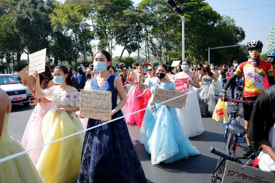 2021年2月10日,緬甸仰光,女性身穿婚紗抗議軍方政變。 攝:Myat Thu Kyaw/Getty Images