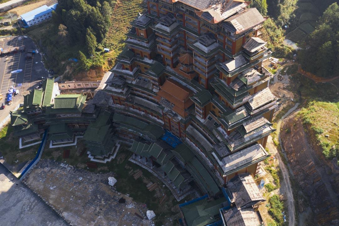 位於影山鎮淨心谷景區內的「黔南第一爛尾樓」水司府堂(水司樓),這座外形怪誕的酒店—會議中心綜合體出自湖南建築商人李宏進的手筆。