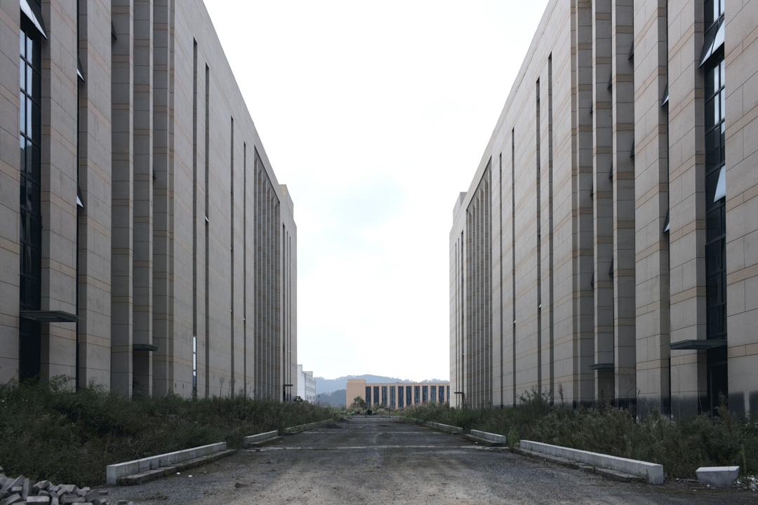 位於麻萬鎮的「香港科學城」曾是潘志立着力打造的「產城一體」示範項目之一。但在正式落地近6年後,園區中依然只見空無一人的嶄新廠房。
