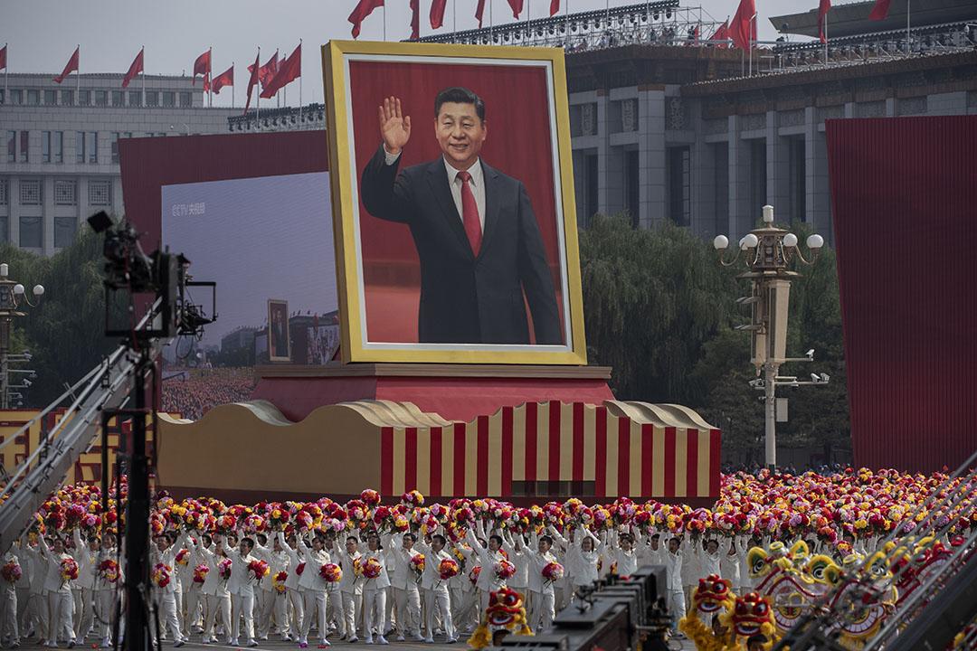 2019年10月1日北京天安門廣場,為慶祝1949年中華人民共和國成立70週年,中國國家主席習近平的巨幅肖像在遊行隊伍上。