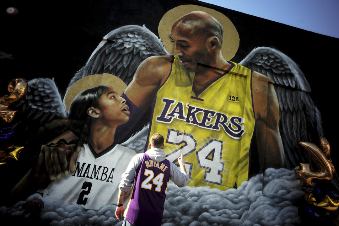 2021年1月26日,即高比拜恩(Kobe Bryant)等逝世一週年當天,一名球迷由佛羅里達州來到加州洛杉磯,向高比拜恩及其女兒吉安娜(Gianna Bryant)的畫像致敬。 攝:Keith Birmingham / MediaNews Group / Pasadena Star-News via Getty Images