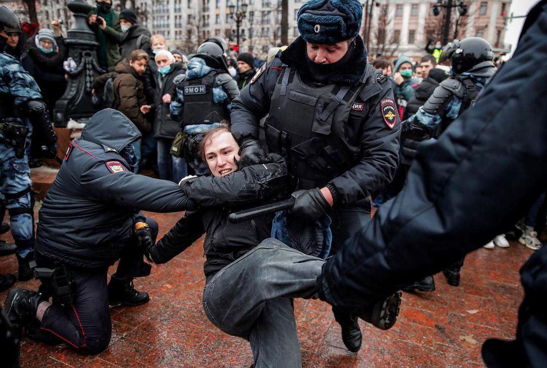 2021年1月23日,俄羅斯首都莫斯科,數名警察制服一位示威者。