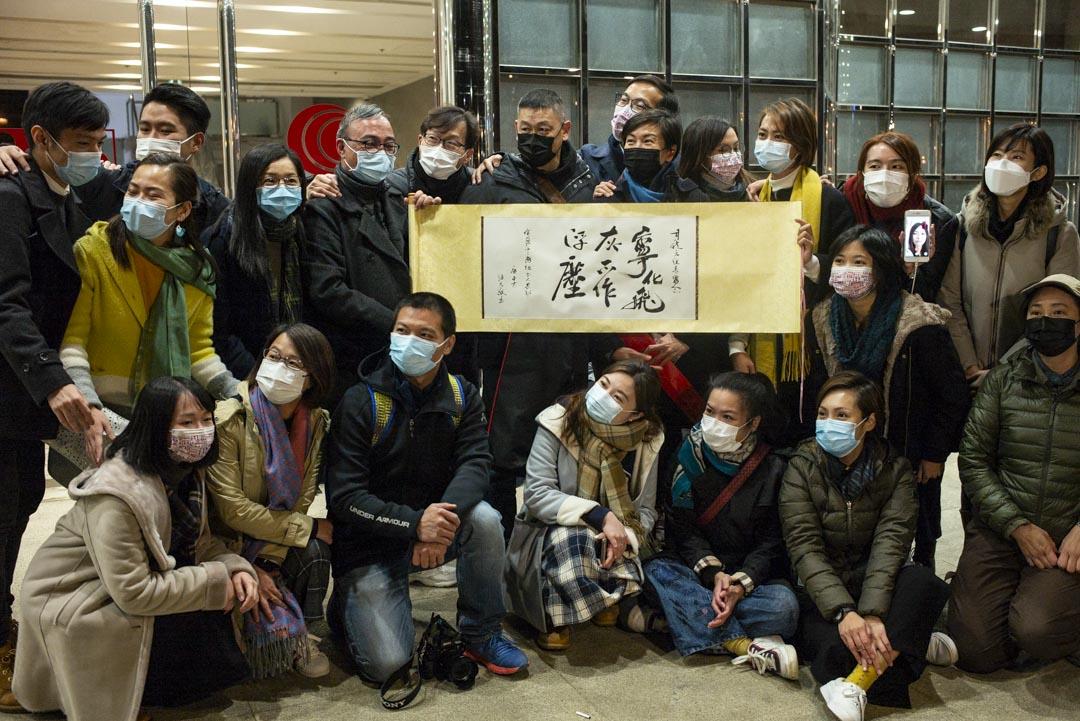 2020年12月31日,有線中國組原班底製作最後一集節目播出後離開大樓,前記者向他們送上由著名填詞人潘源良的題字:「寧化飛灰 不作浮塵」。