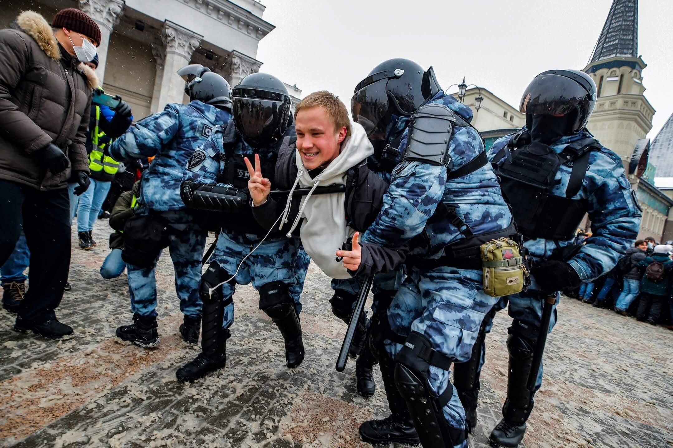 2021年1月30日,俄羅斯首都莫斯科,有示威者參與聲援被扣押的反對派領袖納瓦爾尼的示威活動被捕。 攝:Maxim Shemetov/Reuters/達志影像