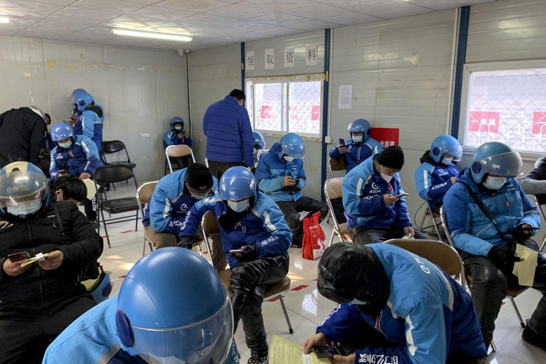 2021年1月17日,餓了麼送貨車手在北京東城區等待接種新冠疫苗。