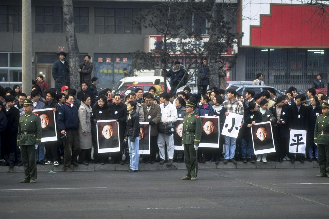 1997年2月24日,哀悼者擁擠在長安大街,並舉著他的肖像,向已故領導人鄧小平致敬。