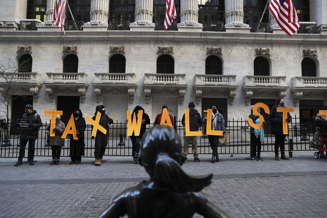 2021年1月28日,美國紐約證券交易所外,有示威者就GameStop事件抗議網上股票交易平台Robinhood以財政要求為由,限制散戶購入GME等數隻急升股,導致當晚GME股價暴挫44%。