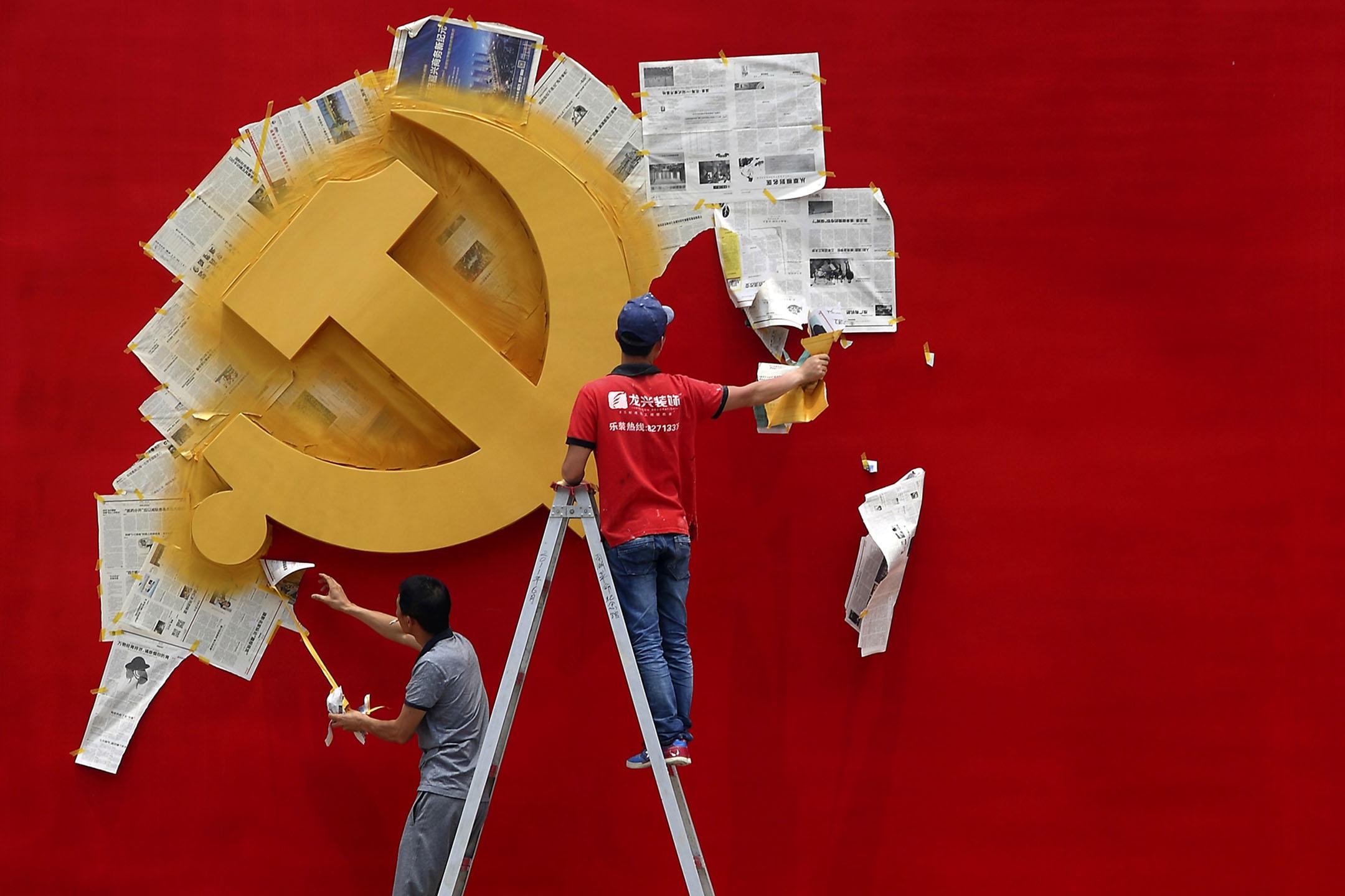2014年5月21日浙江省嘉興市南湖革命紀念館,工人在革命紀念館塗上中國共產黨黨旗。 攝:Chance Chan/Reuters/達志影像