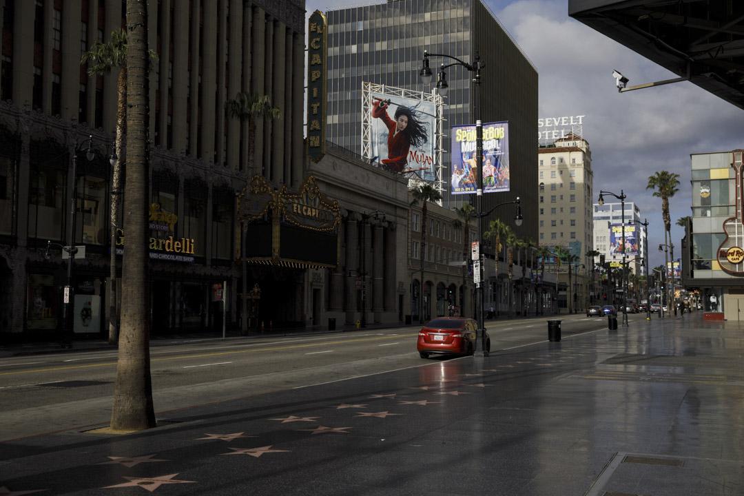 2020年4月2日,美國加州洛杉磯一塊電影《花木蘭》的廣告牌。