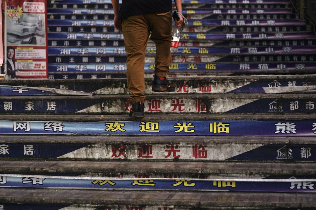 傍晚時分,一名本地青年走向中華北路一處住宅樓群中開設的網咖。