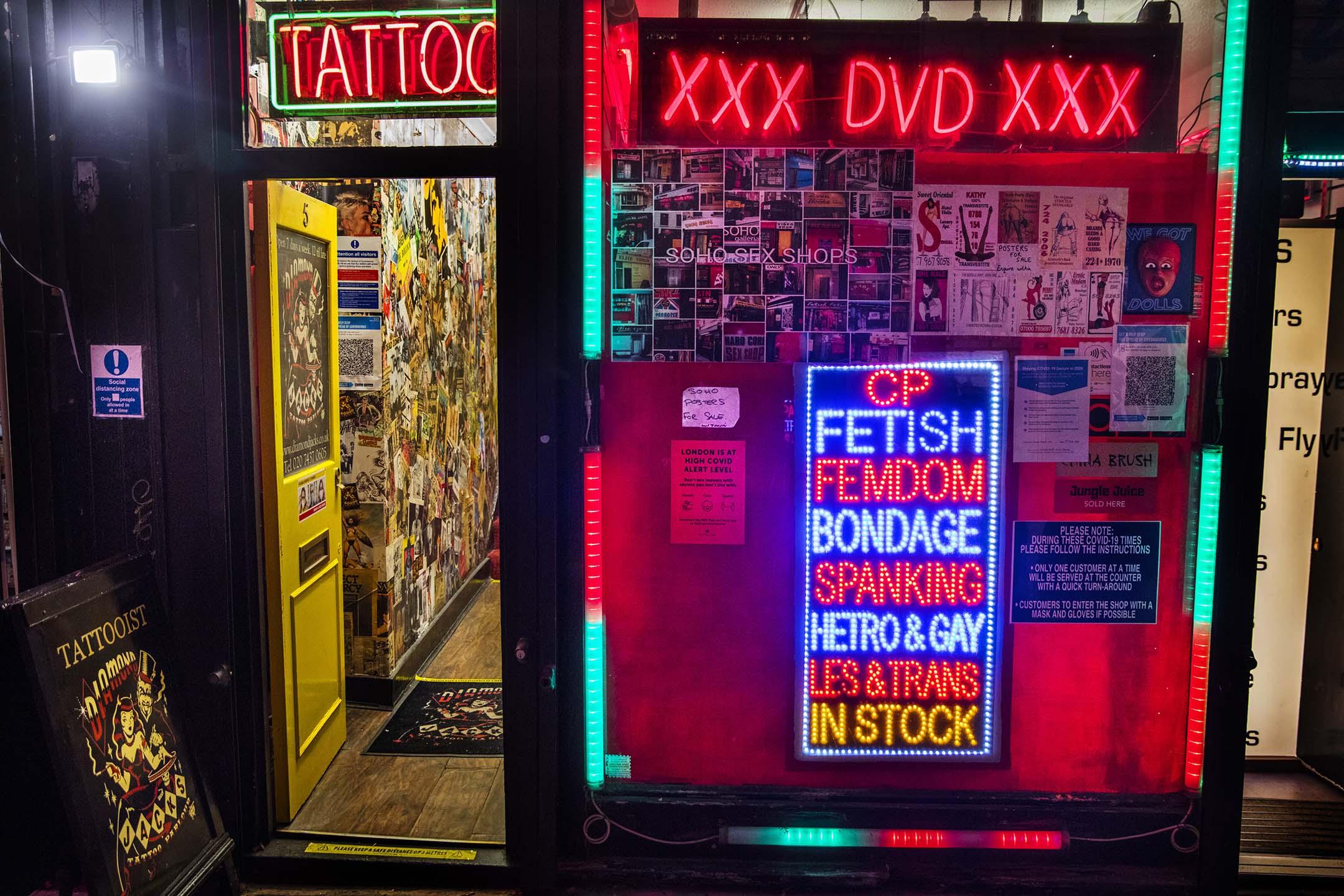 2020年11月4日英國倫敦,一間出售色情DVD及書籍的商店。