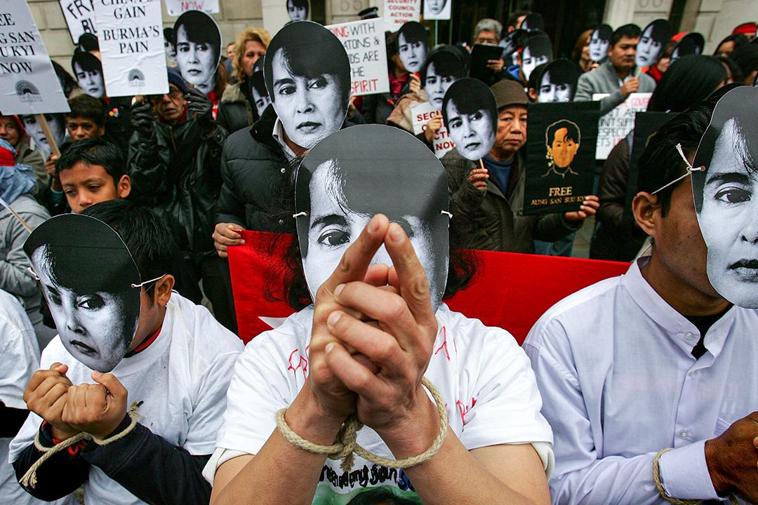 2007年10月24日倫敦,緬甸示威者戴著昂山素姬的面具在中國大使館外示威。