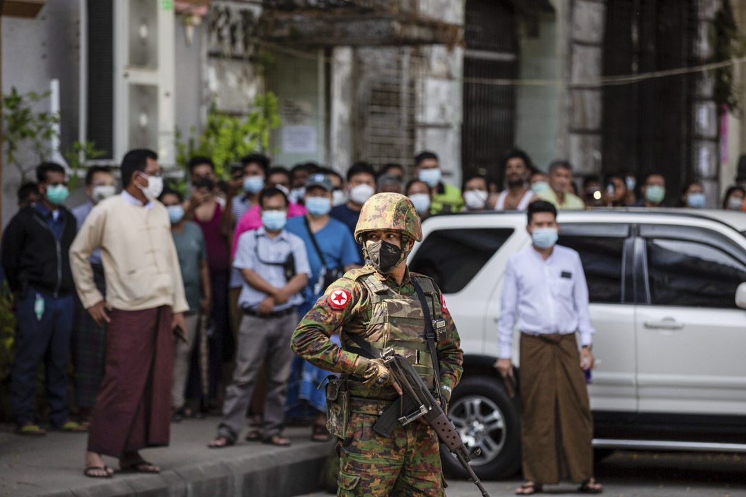 2021年2月2日﹐緬甸軍方拘留昂山素姬,並宣布其進入緊急狀態後,一名士兵站在仰光印度教廟外。