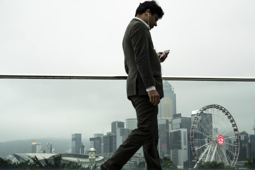 2020年,中環一位外藉男子在講電話。