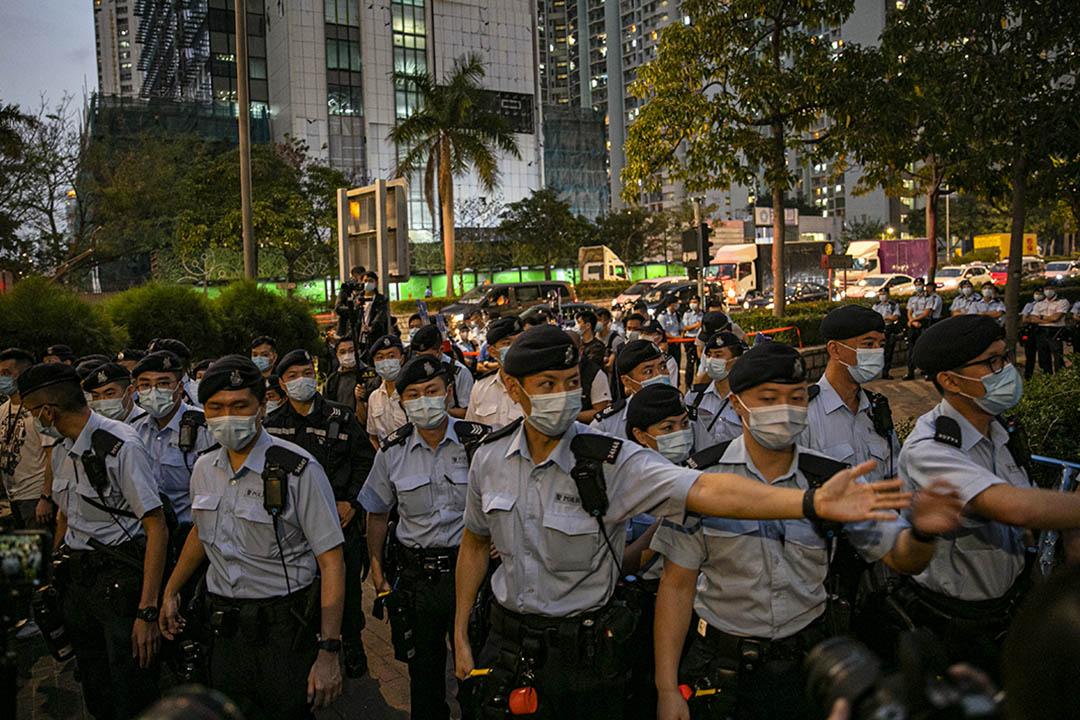 2021年3月1日大批市民於西九龍裁判法院等候進庭聽審,至傍晚警方驅散法院外的市民。