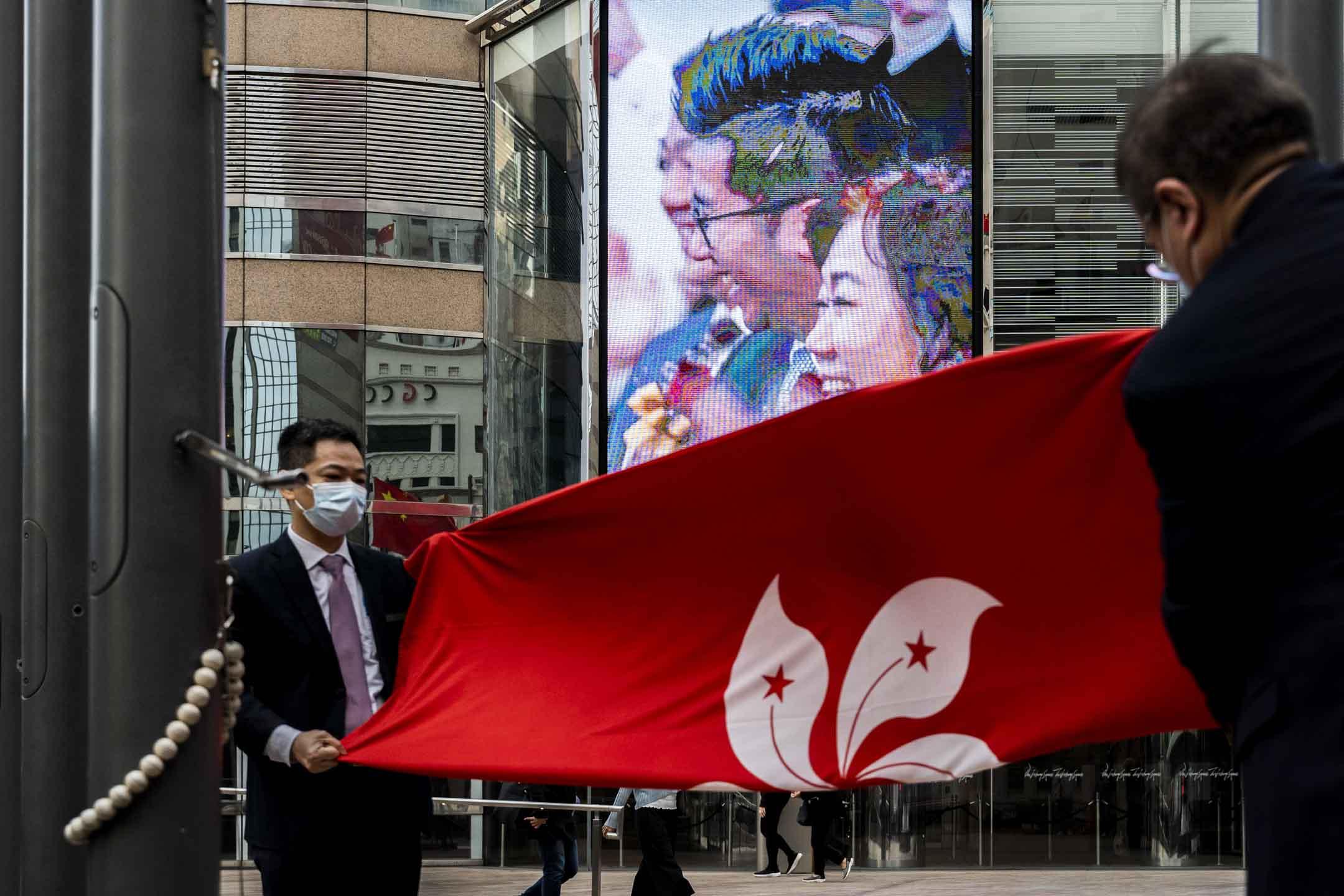 2021年3月8日,香港交易所外的降旗儀式。 攝:林振東/端傳媒