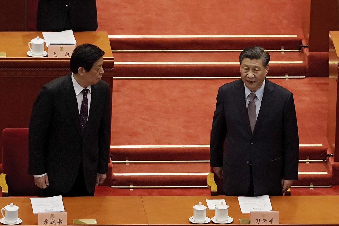 2021年3月4日在中國北京人民大會堂,中國國家主席習近平、全國人大委員長栗戰書出席全國人大會議開幕式。 攝:Andy Wong / AP