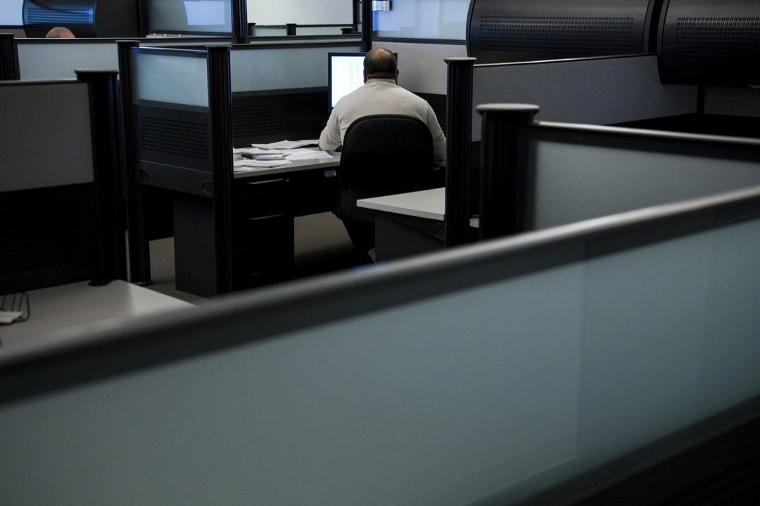 一名白領員工在辦公室內工作。