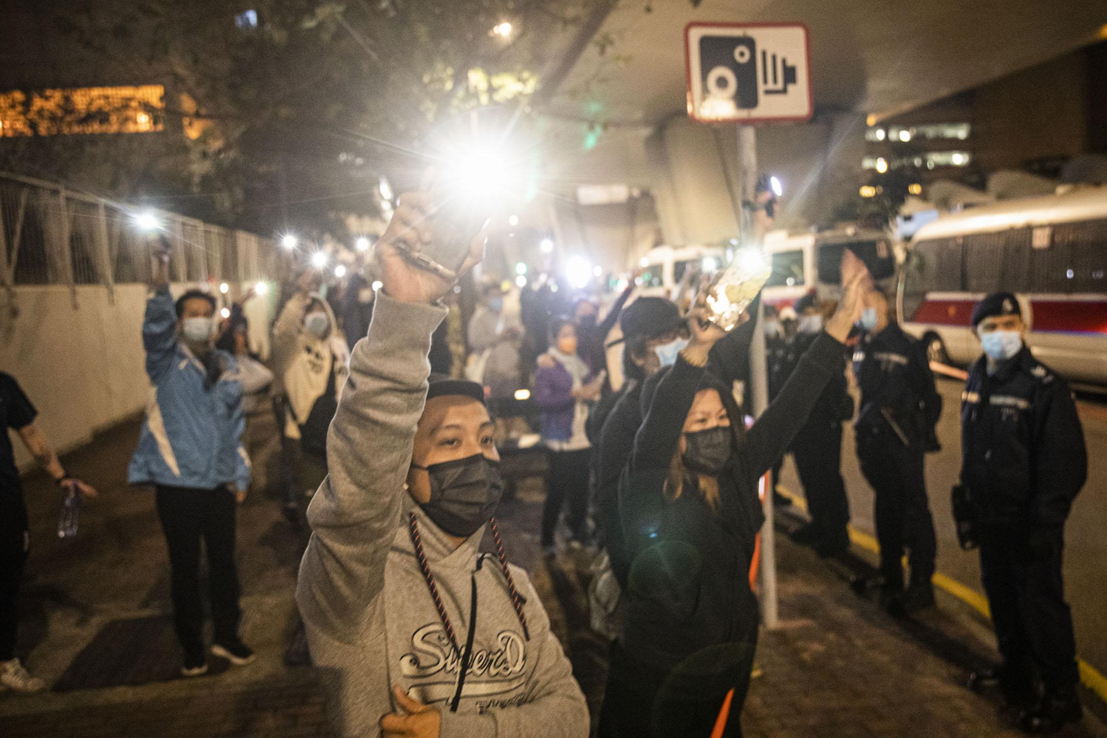 2021年3月3日西九龍裁判法院,市民舉起手機燈送別囚車內的人。