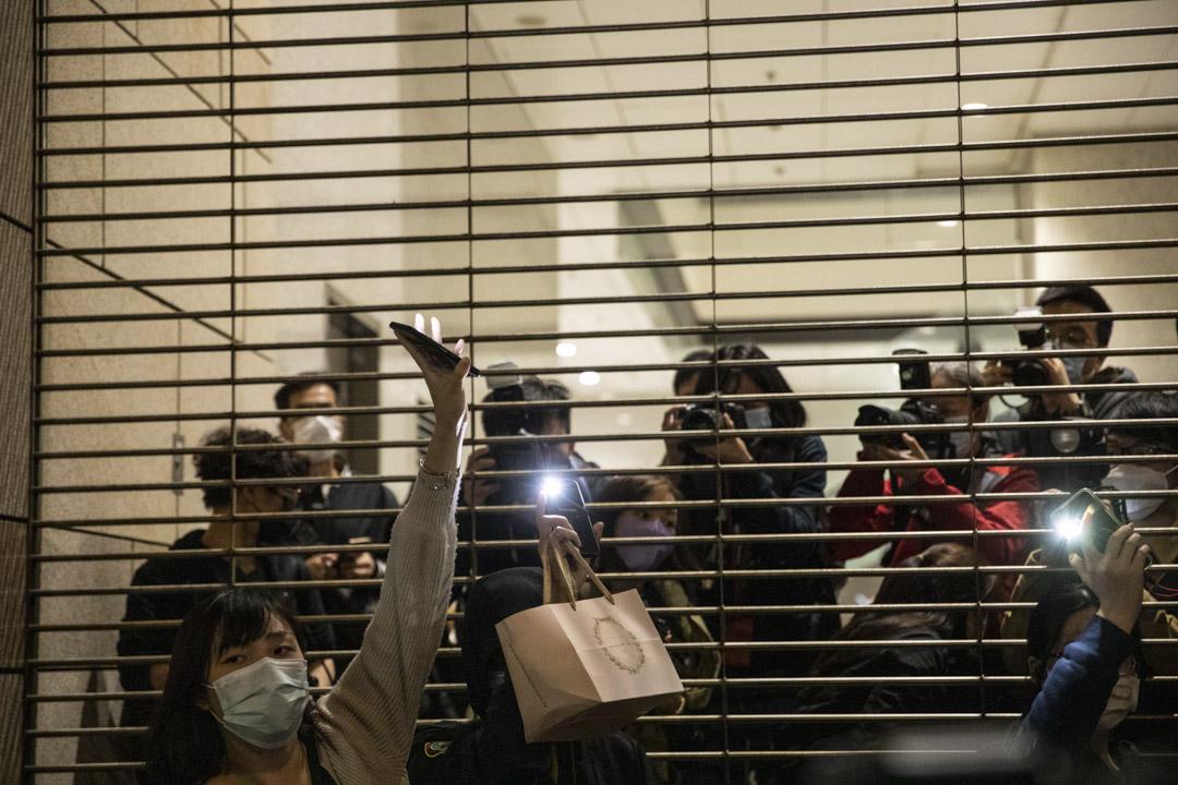 2021年3月4日,西九龍法院大樓外的聲援市民亮起手機燈。