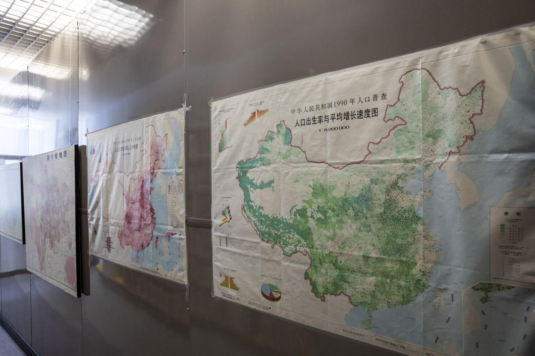 中心牆上貼了不少不同年代的人口地圖。