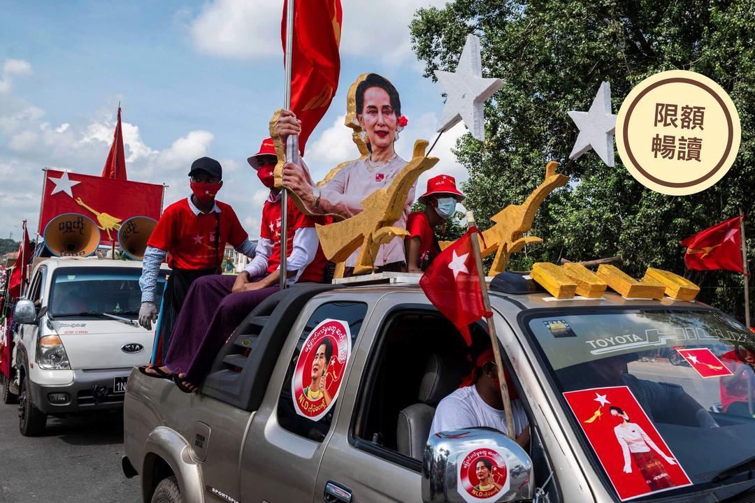 2020年10月25日,緬甸城市仰光,大選前,全民盟支持者帶著國務資政昂山素姬的肖像在街道上拉票。 攝:Shwe Paw Mya Tin/Reuters/達志影像