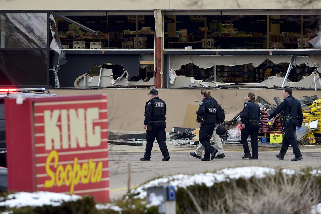 2021年3月22日,美國科羅拉多州博爾德市一間超級市場遭遇槍手襲擊,至少十人遇害。 攝:Matthew Jonas / MediaNews Group / Boulder Daily Camera via Getty Images