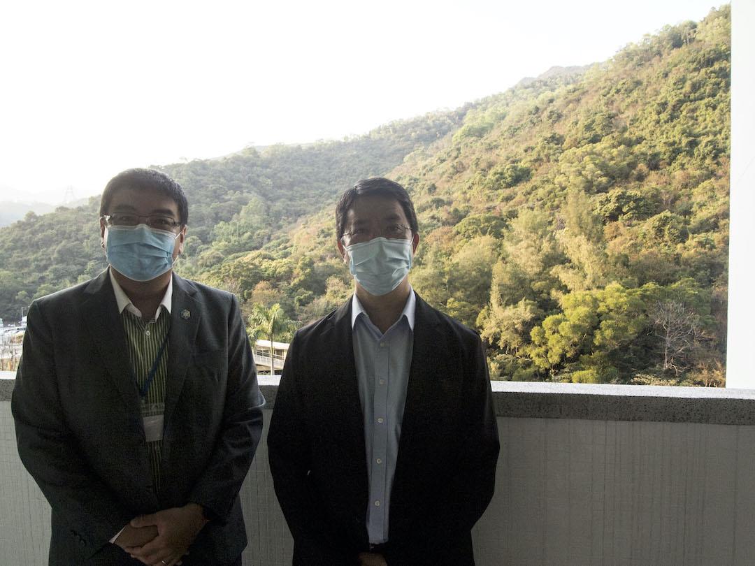 商界環保協會營運總監梁志峰工程師(左)及樂善堂劉德學校校長歐耀輝(右)。