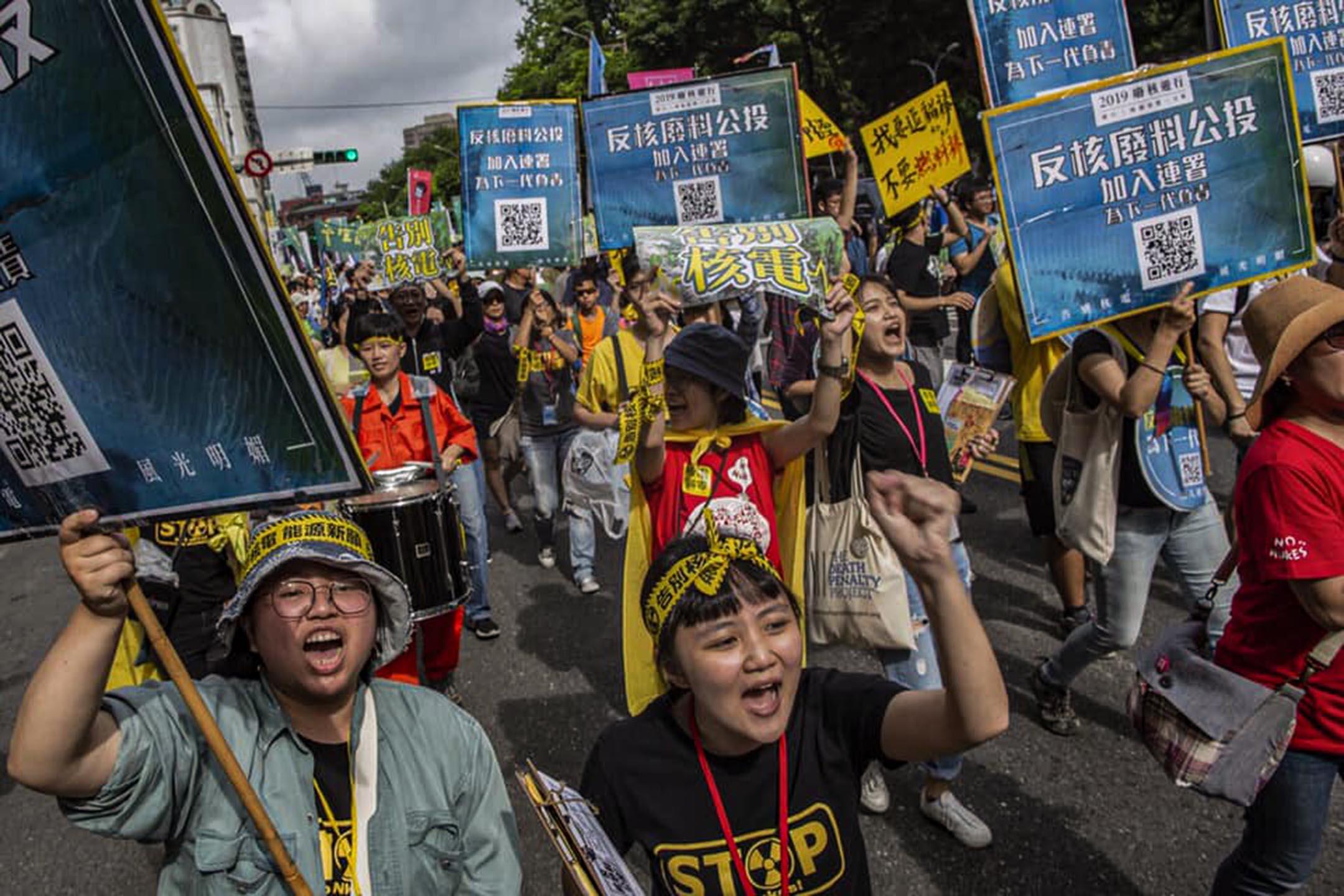 2019年4月27日台北,廢核大遊行中參與者喊著反核口號。
