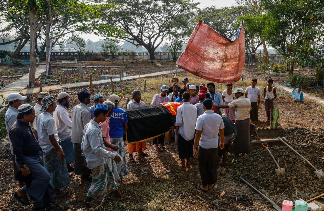 2021年3月27日,緬甸仰光市郊,人們出席一位在反軍政府示威中喪生的示威者的喪禮。